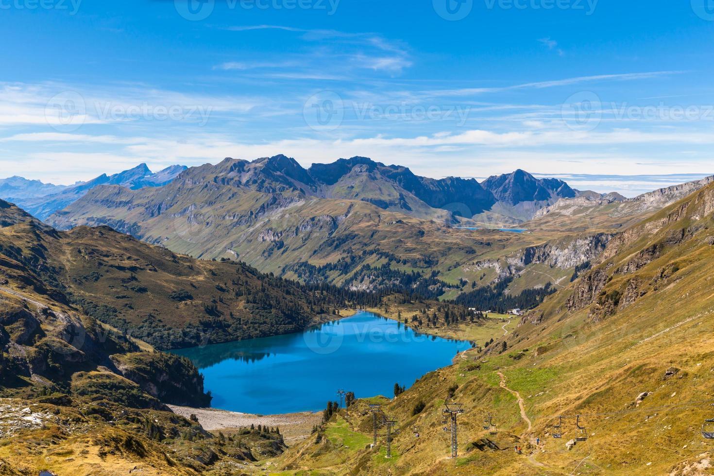 vue imprenable sur le lac engstlensee et les alpes photo