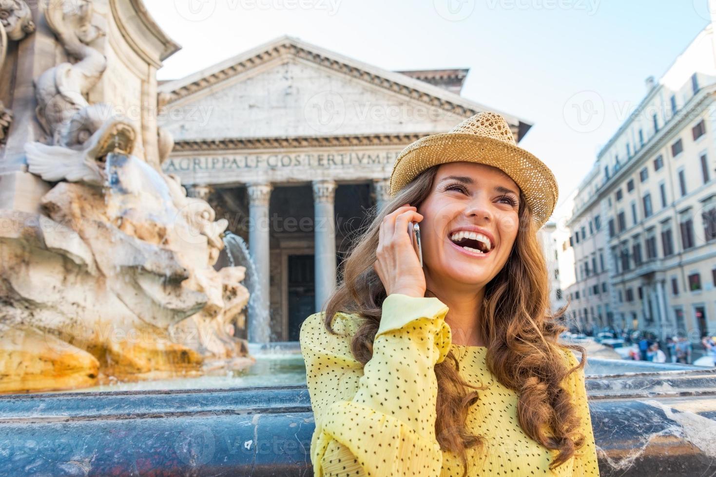 Jeune femme parlant de téléphone portable à Rome, Italie photo