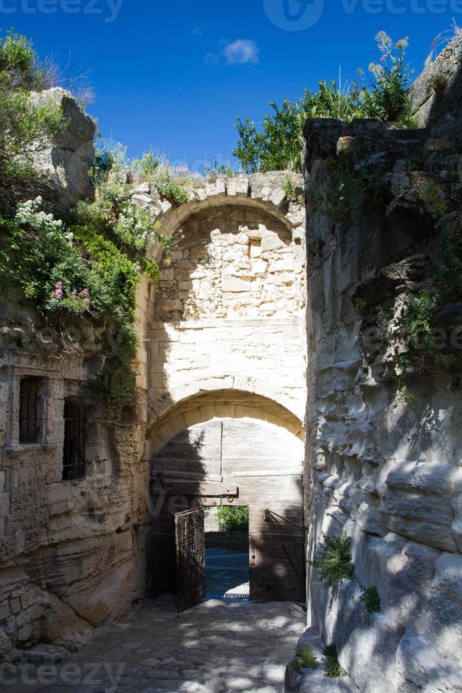 porte médiévale des baux de provence photo