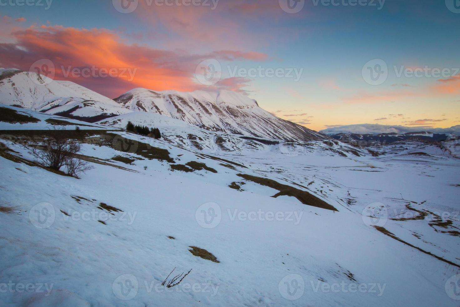coucher de soleil dans la montagne de l'Ombrie photo
