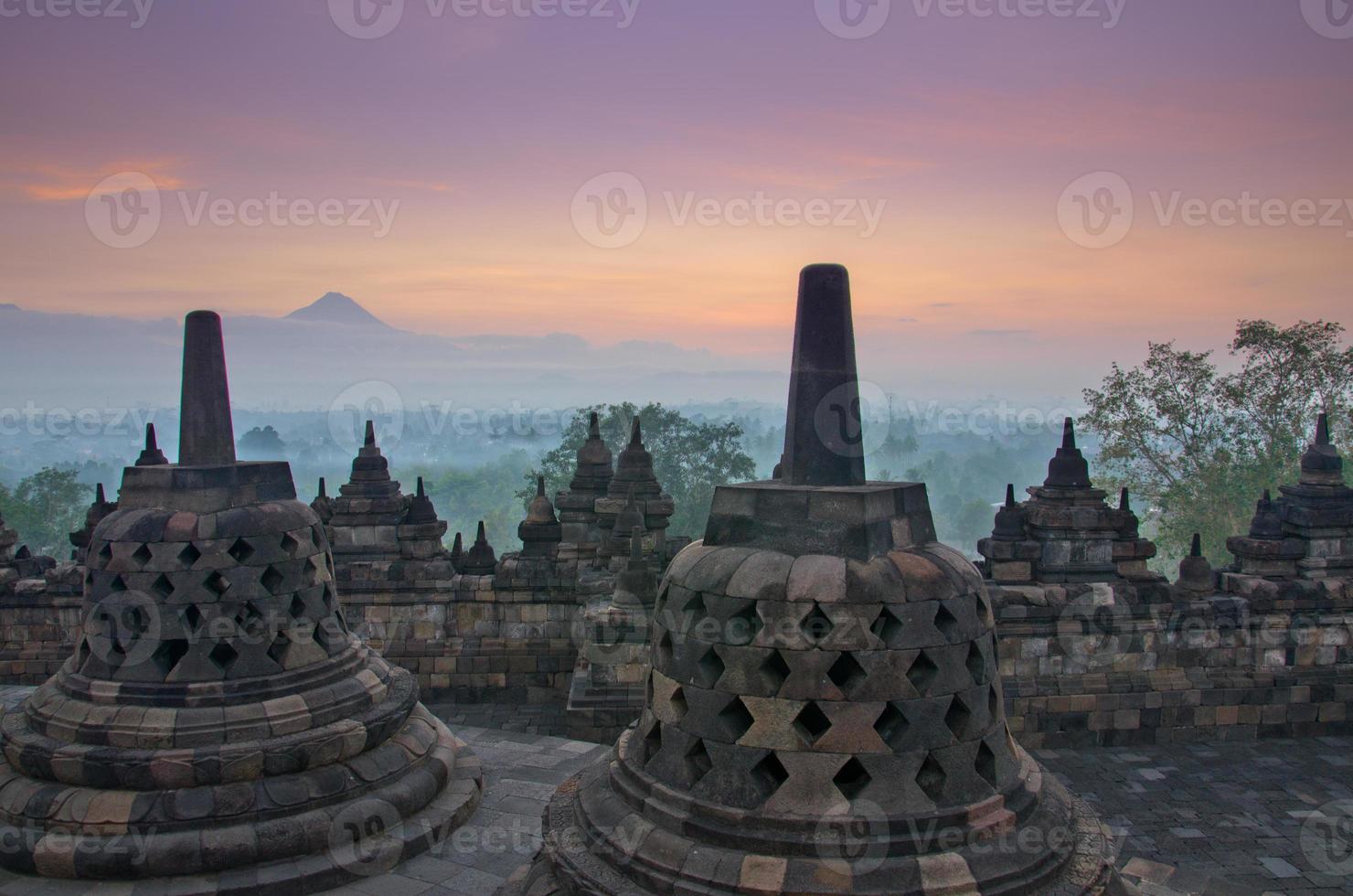 sunrise borobudur temple stupa à yogyakarta, java, indonésie. photo