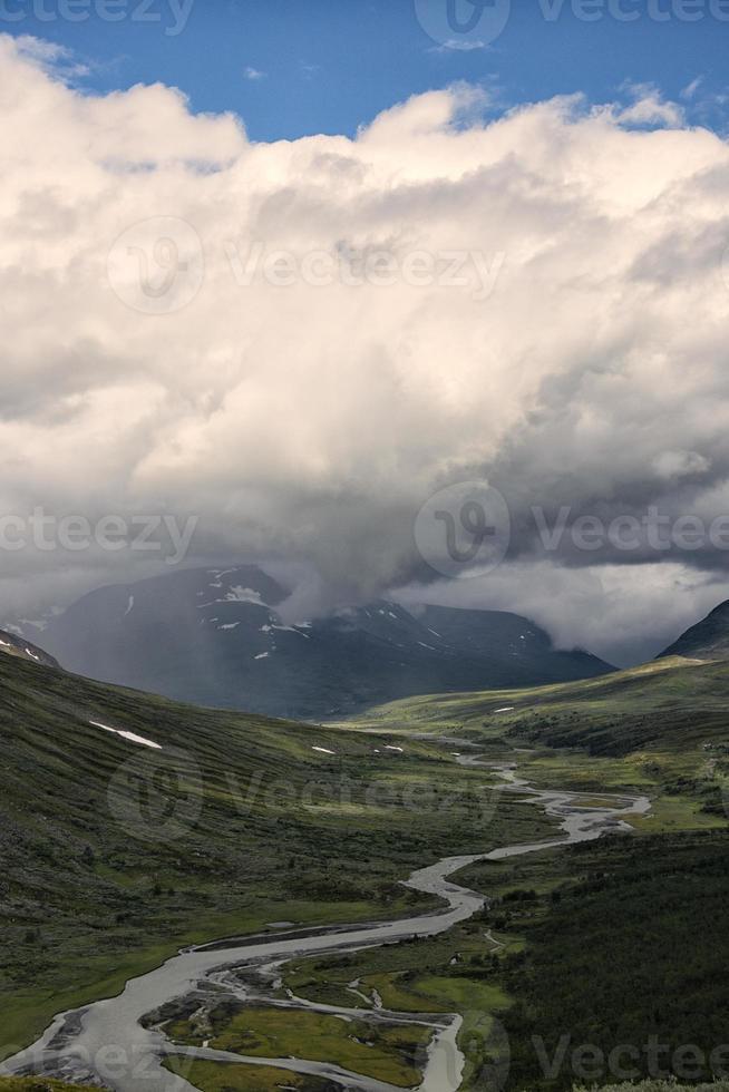 Rapadalen valley dans le parc national de Sarek, Suède, avec des nuages photo