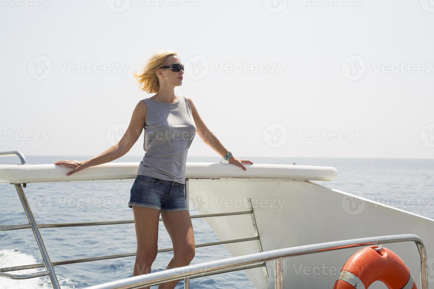 femme sur le bateau photo