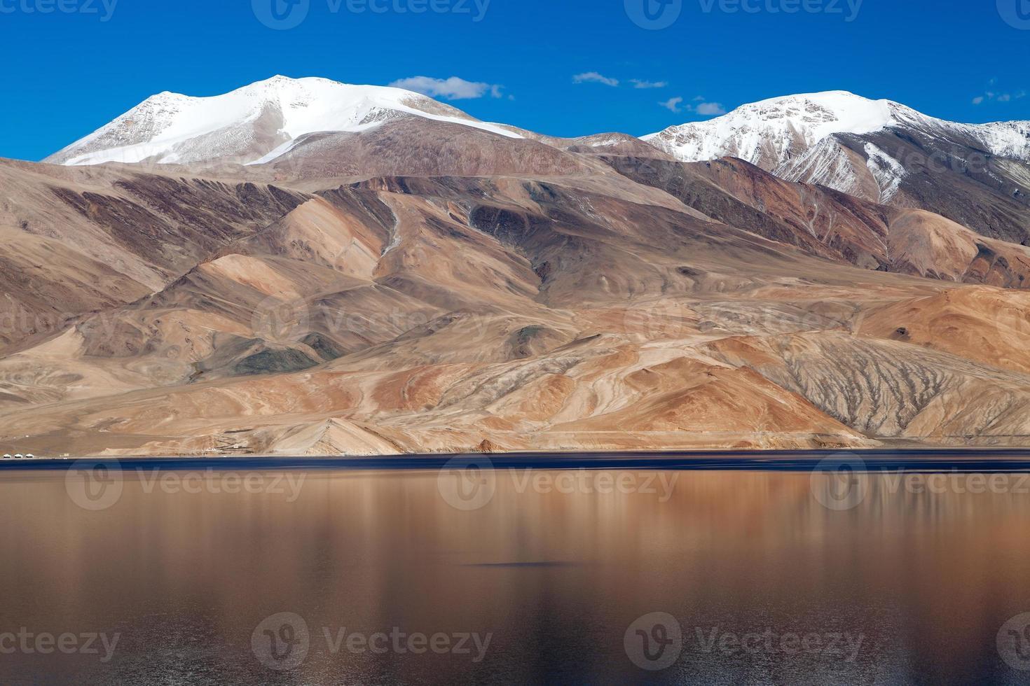 Lac Tso Moriri dans la vallée de Rupshu, Chamser et Lungser Kangri photo