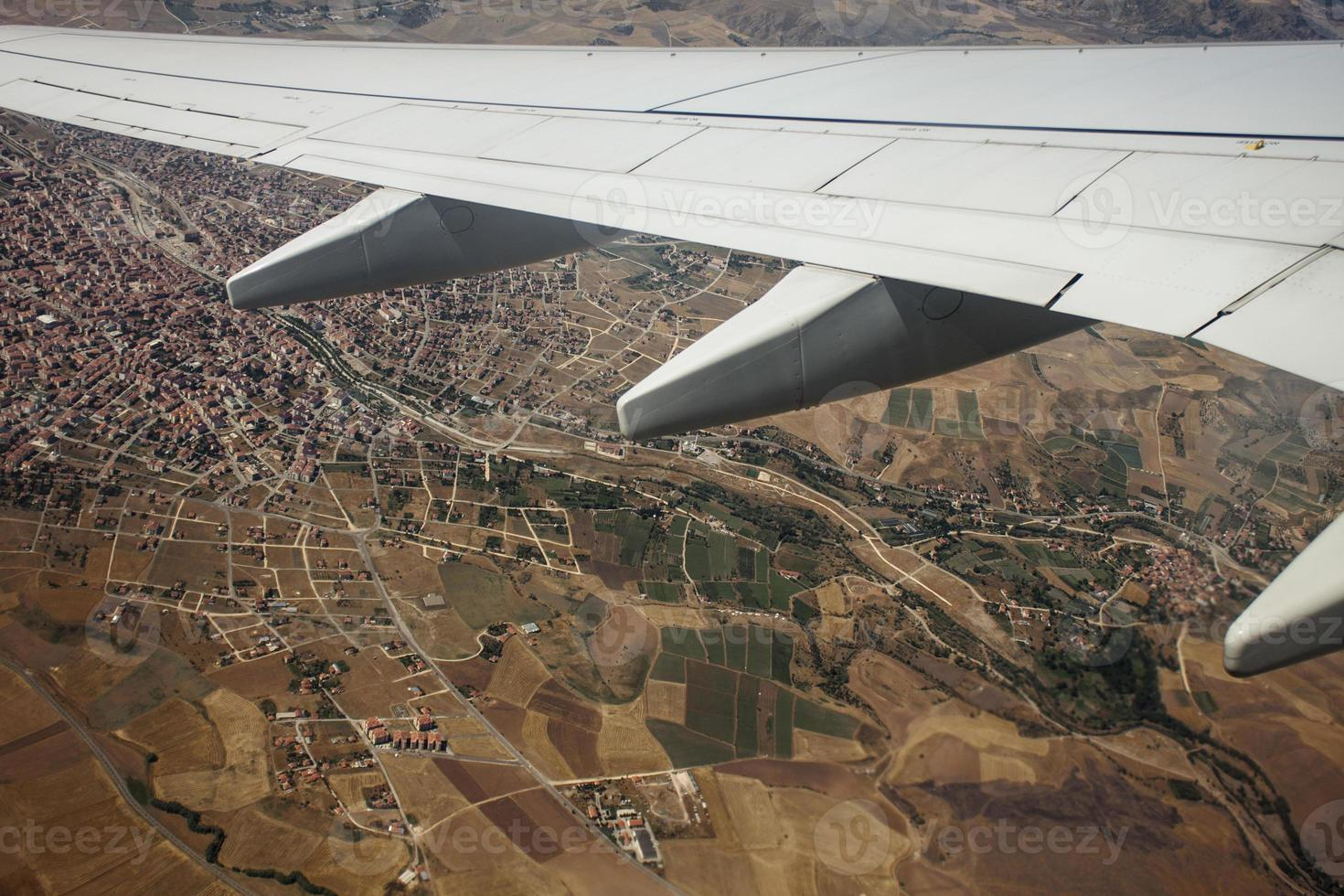 aile d'avion au-dessus de la vue à vol d'oiseau photo