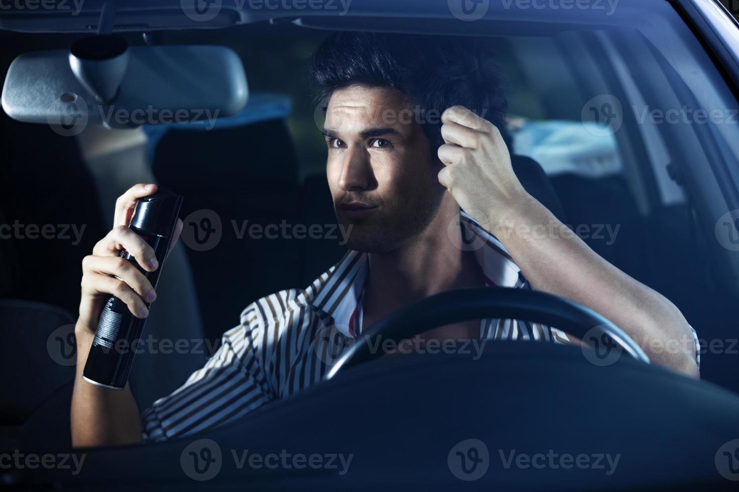 homme faisant des soins capillaires dans la voiture photo