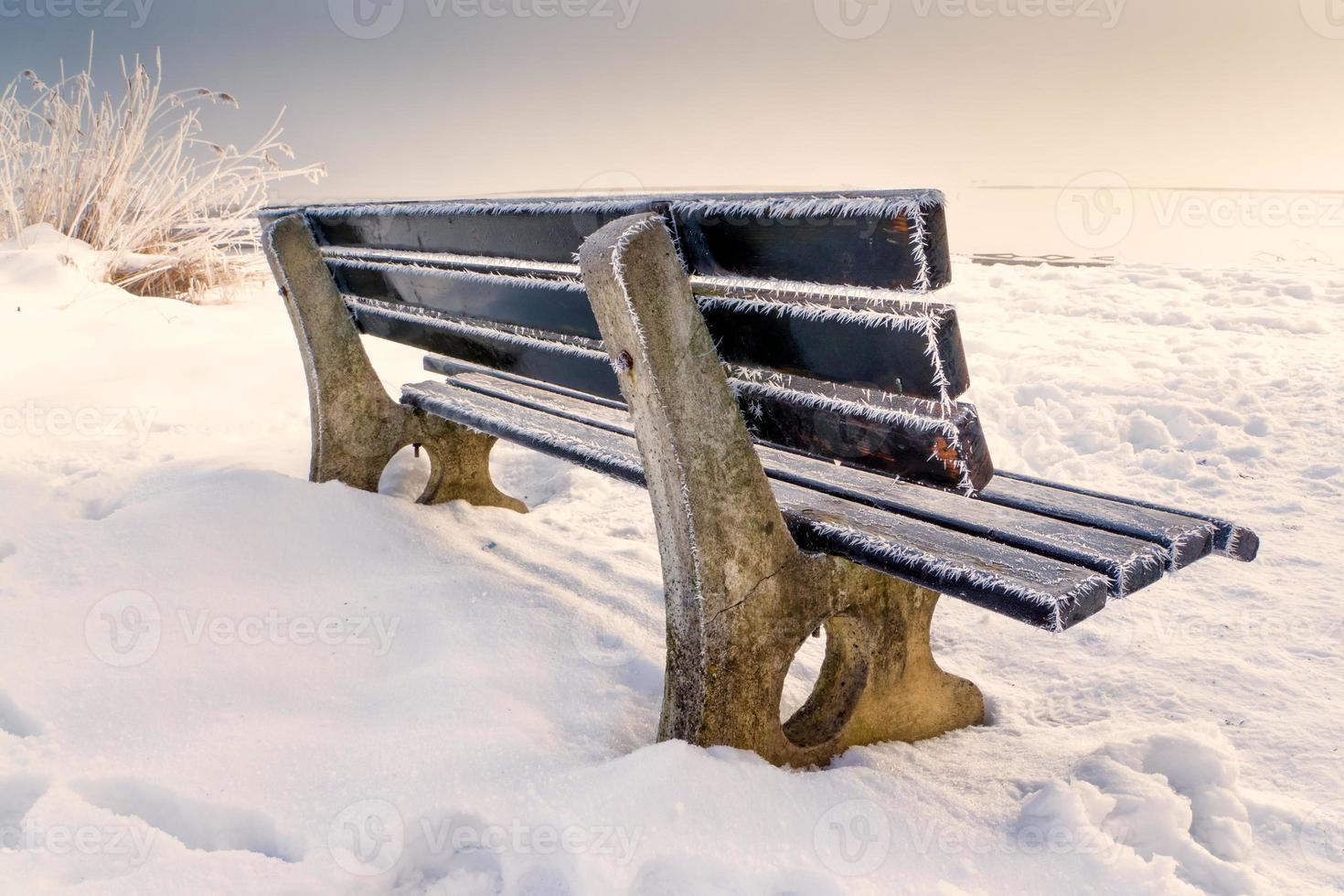 banc avec de la glace photo
