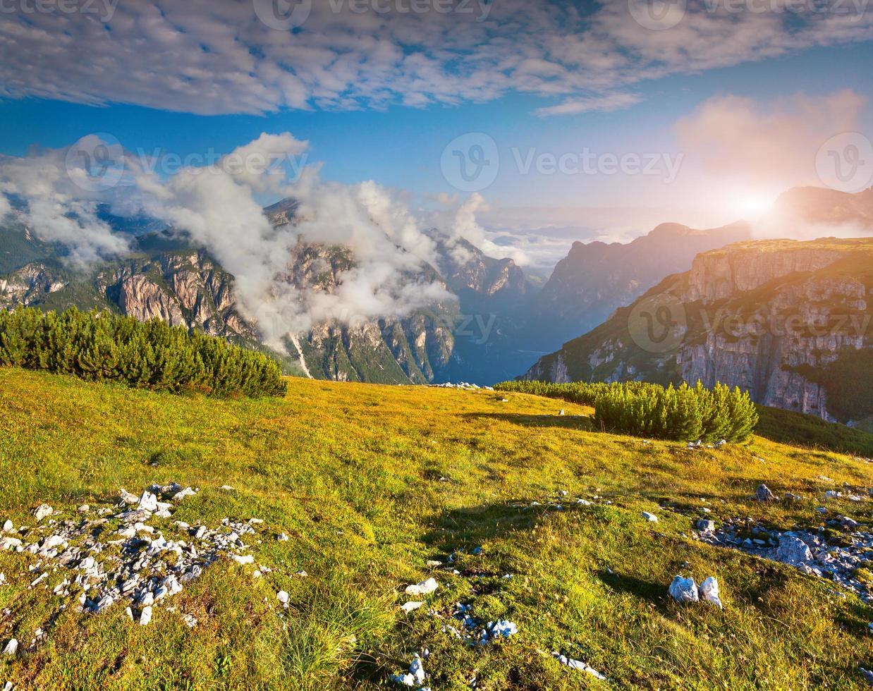 Matin d'été brumeux dans les Alpes italiennes photo