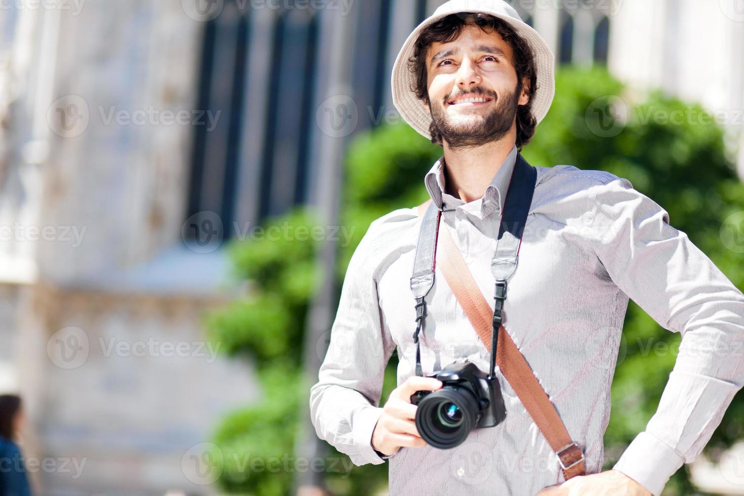 heureux touriste tenant un appareil photo