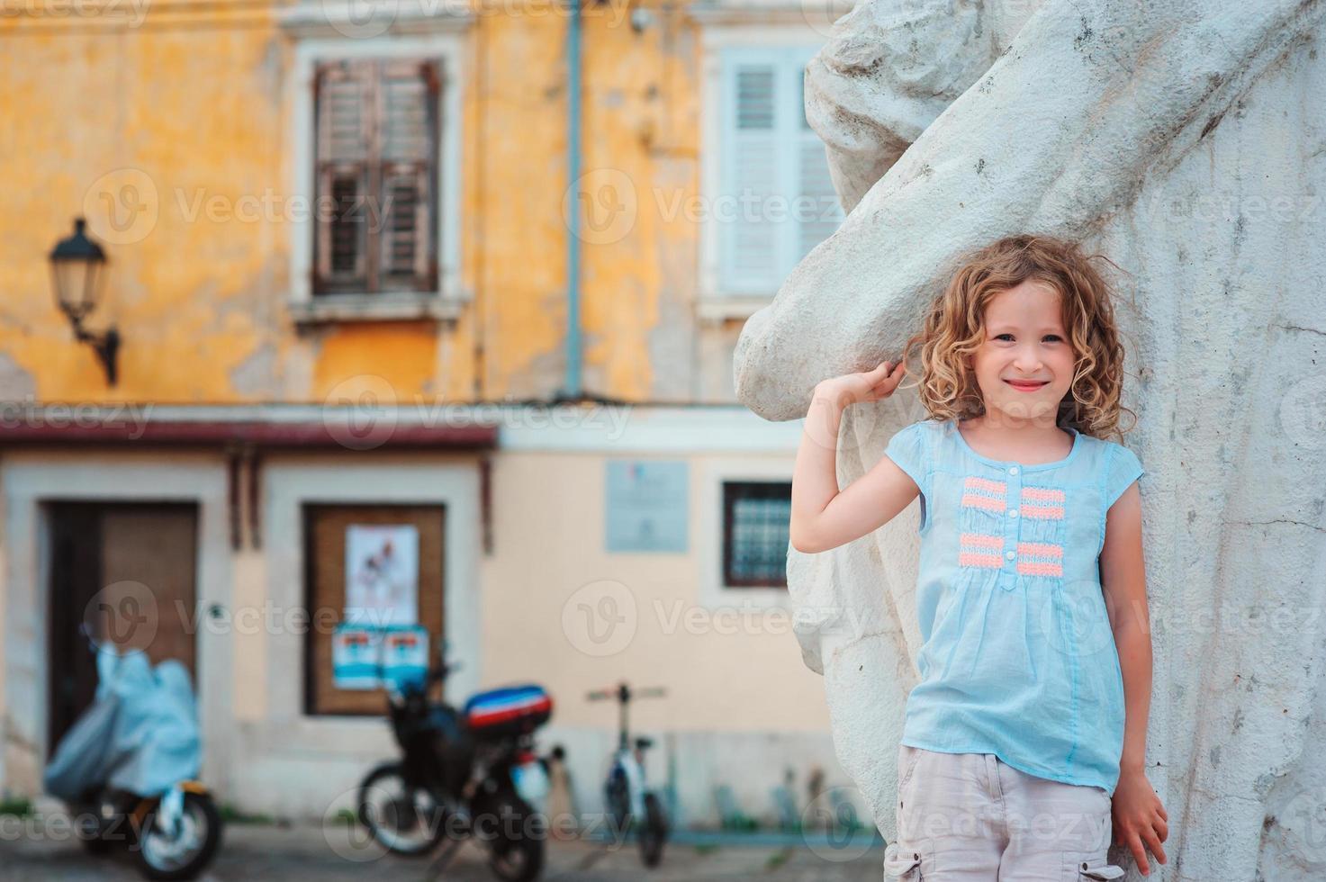 Ourist enfant fille marchant dans les rues de Piran, Slovénie photo