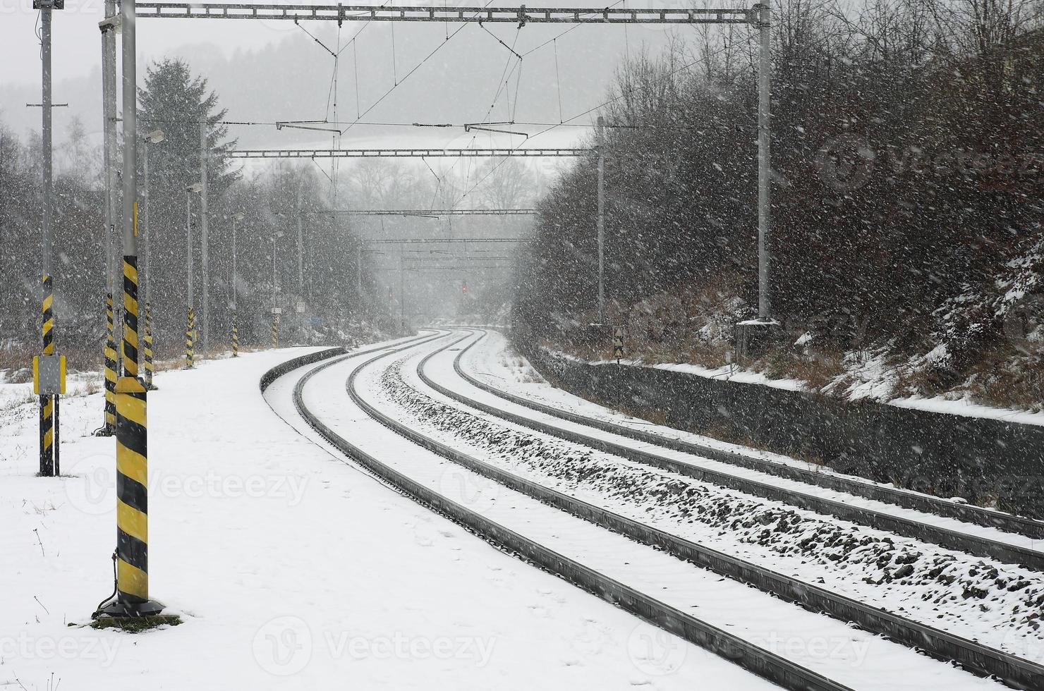 La gare tchèque à l'hiver pendant une tempête de neige photo