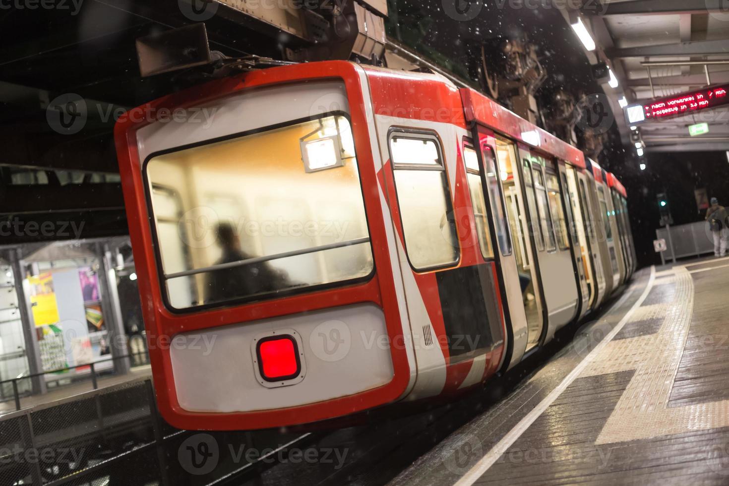 Train schwebebahn wuppertal allemagne un soir d'hiver photo