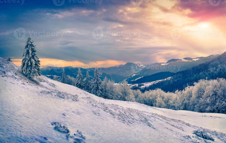 beau lever de soleil d'hiver dans les montagnes. photo