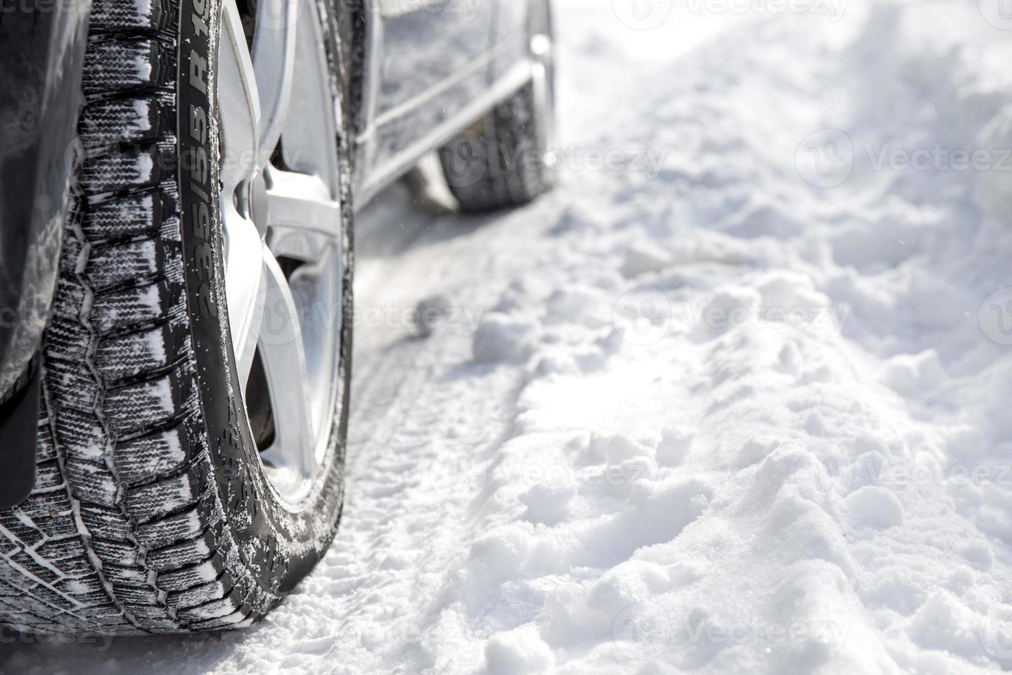 conduire une voiture en hiver avec beaucoup de neige photo