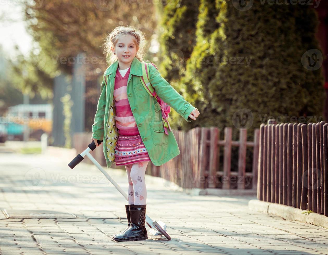 fille va à l'école photo