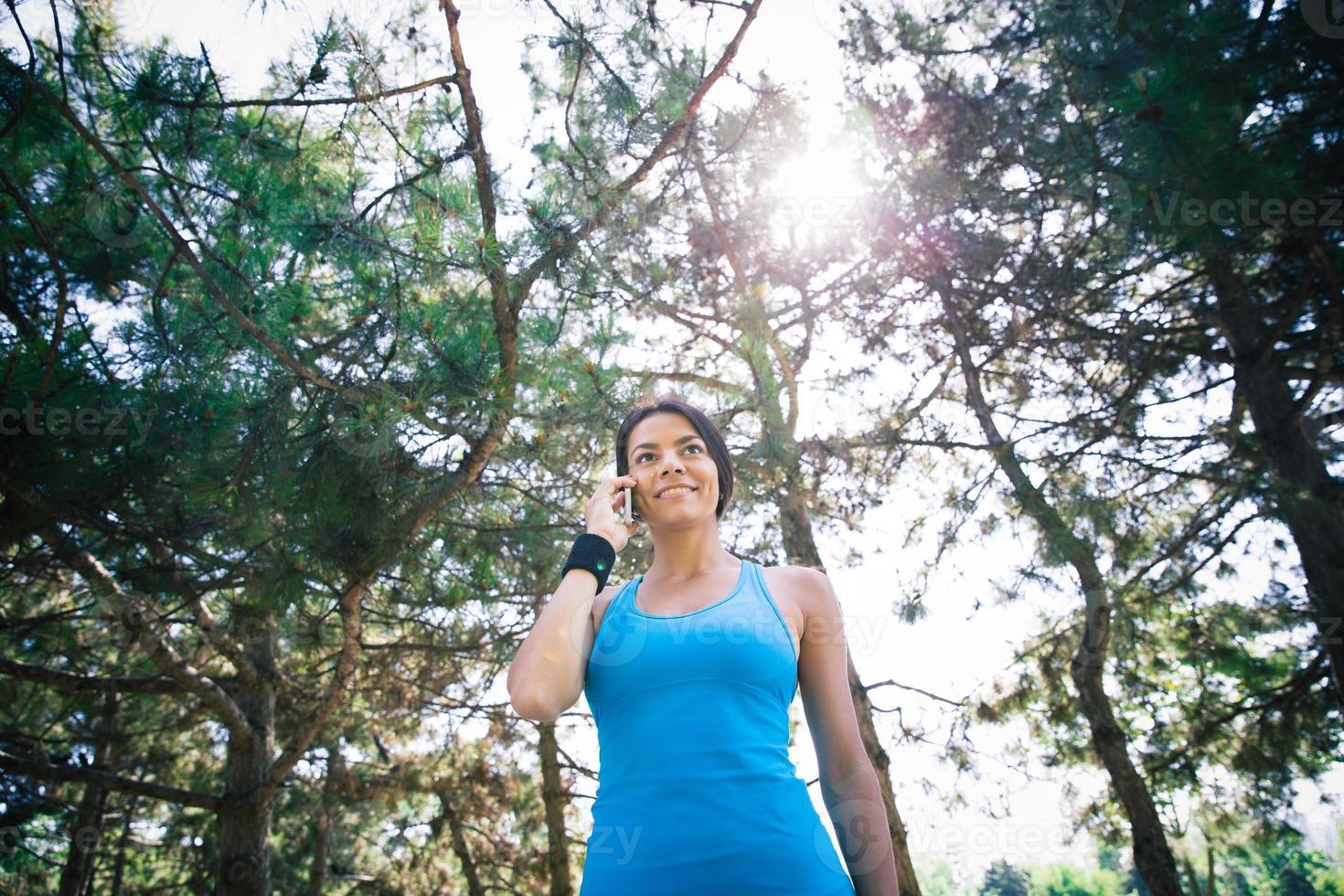 femme sportive parlant au téléphone à l'extérieur photo