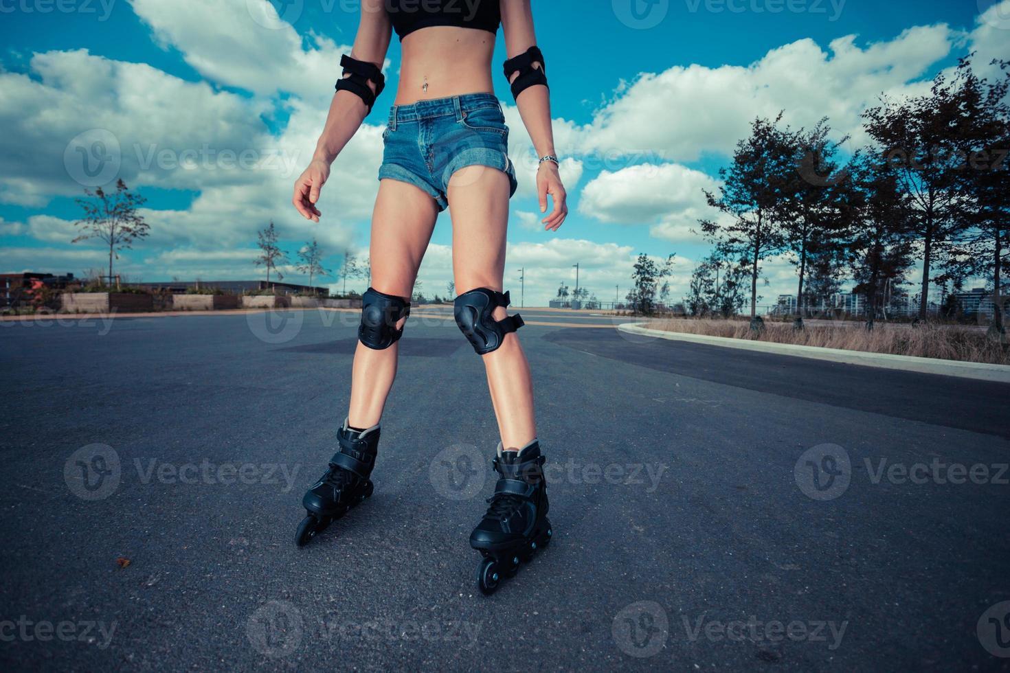 jeune femme en patins à roues alignées aux beaux jours photo