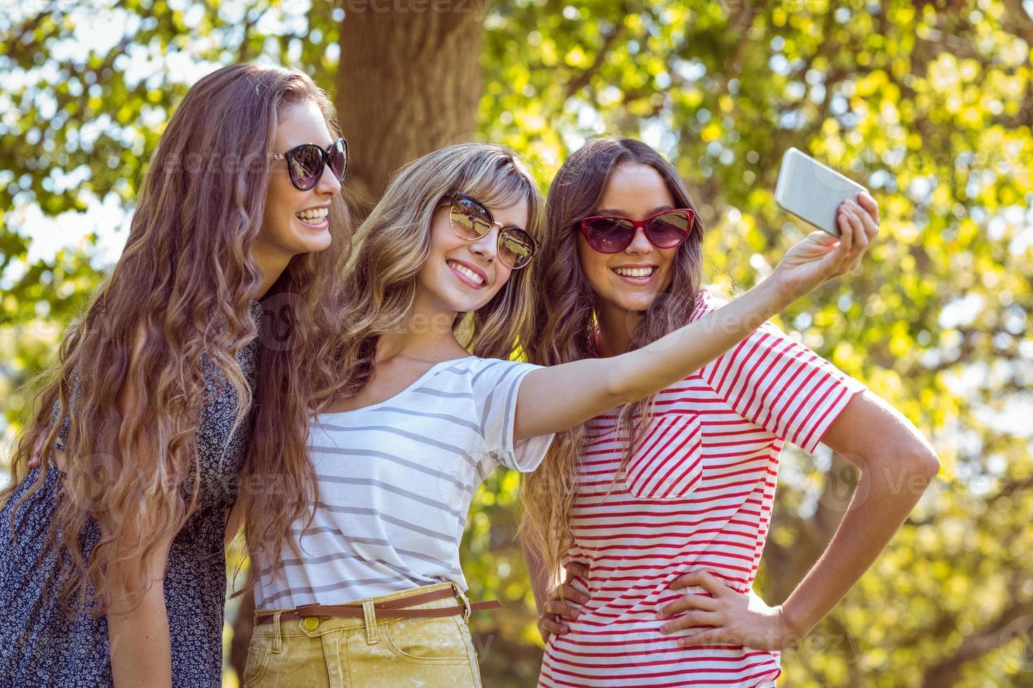 amis heureux prenant un selfie photo