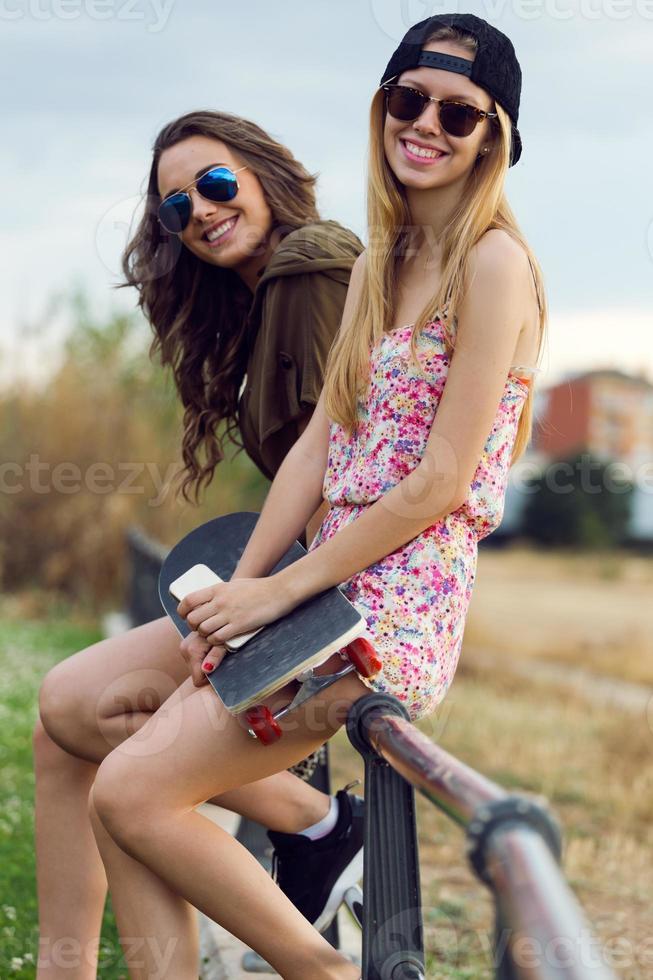 belles jeunes femmes dans la rue. photo