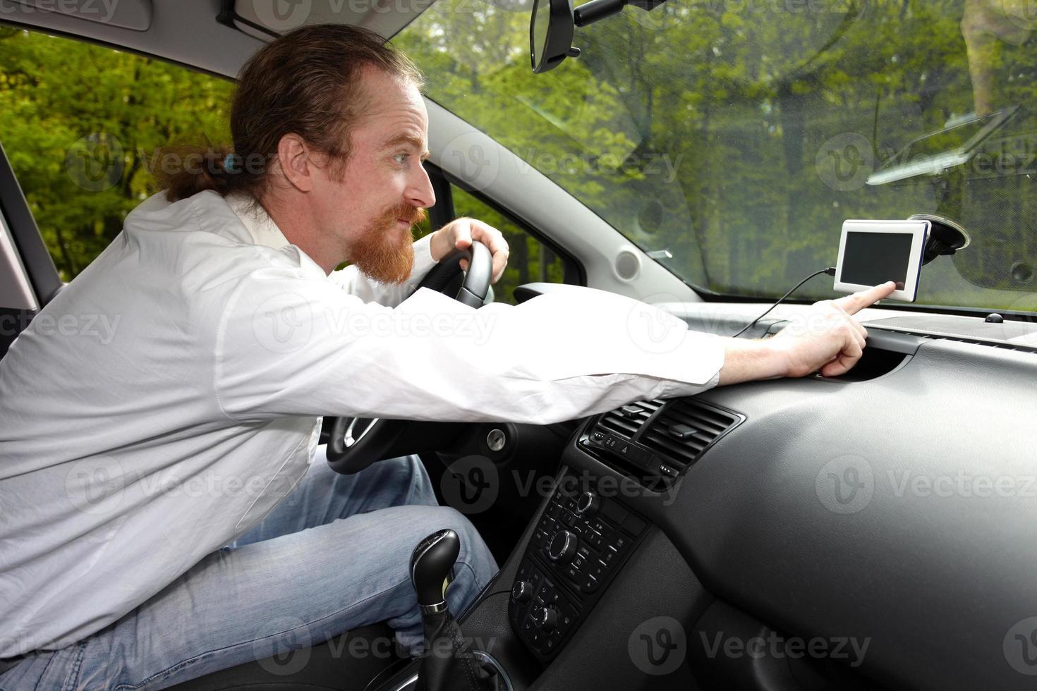 conducteur utilisant la navigation gps d'une manière photo