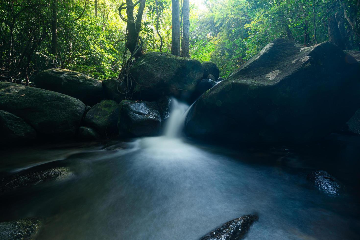 Paysage naturel aux cascades de khlong pla kang en Thaïlande photo