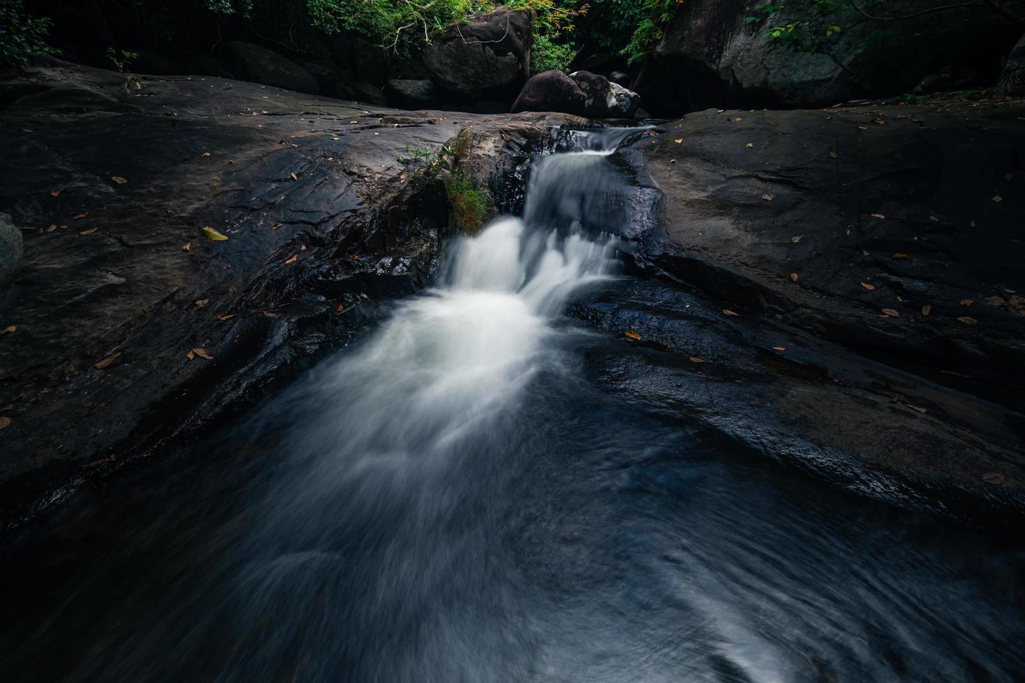 Ruisseau à la cascade de khlong pla kang en Thaïlande photo