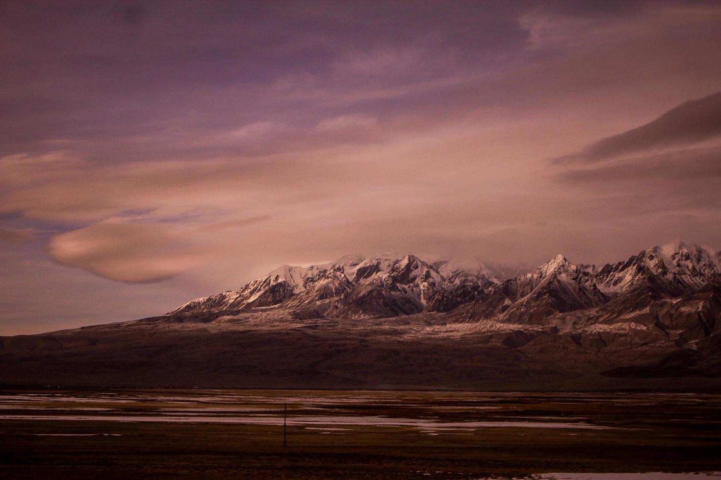 montagnes au crépuscule du soir photo