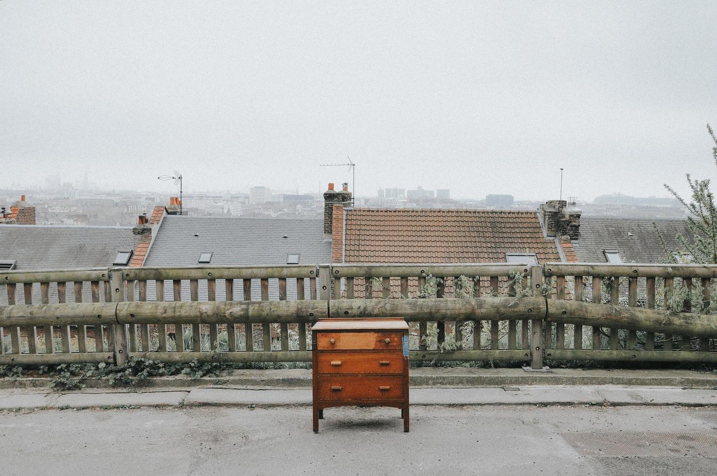 Commode en bois marron sur le toit photo
