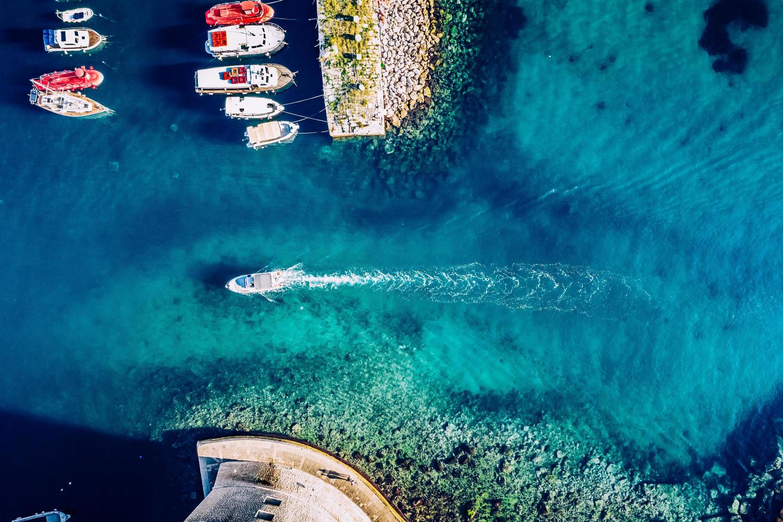 photographie aérienne de bateaux et yachts colorés sur l'eau tropicale photo