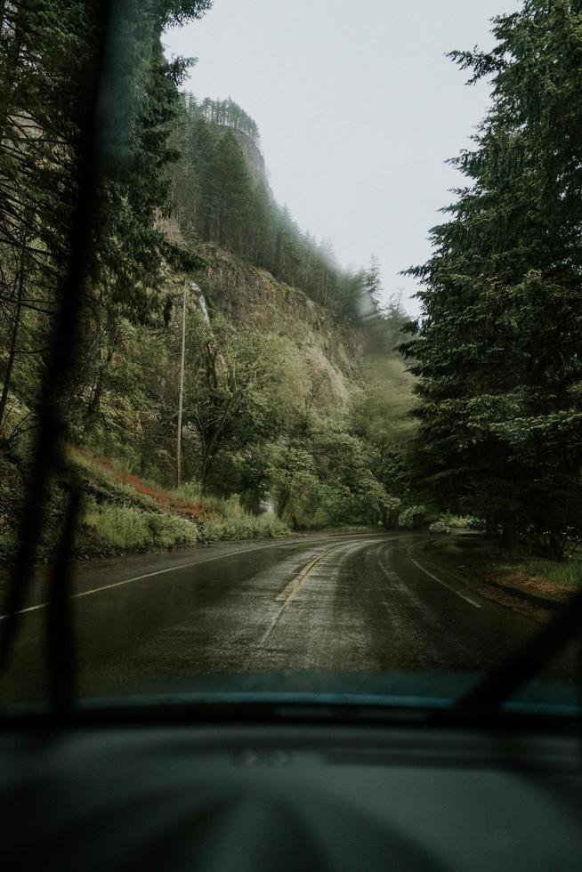jour de pluie à travers le pare-brise de voiture photo