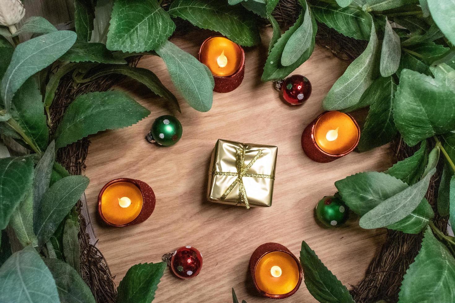 cadeau en or entouré d'ornements photo