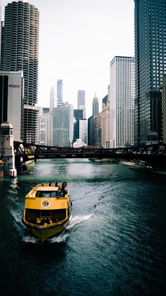 Chicago, Illinois 2020- bateau jaune dans l'eau photo