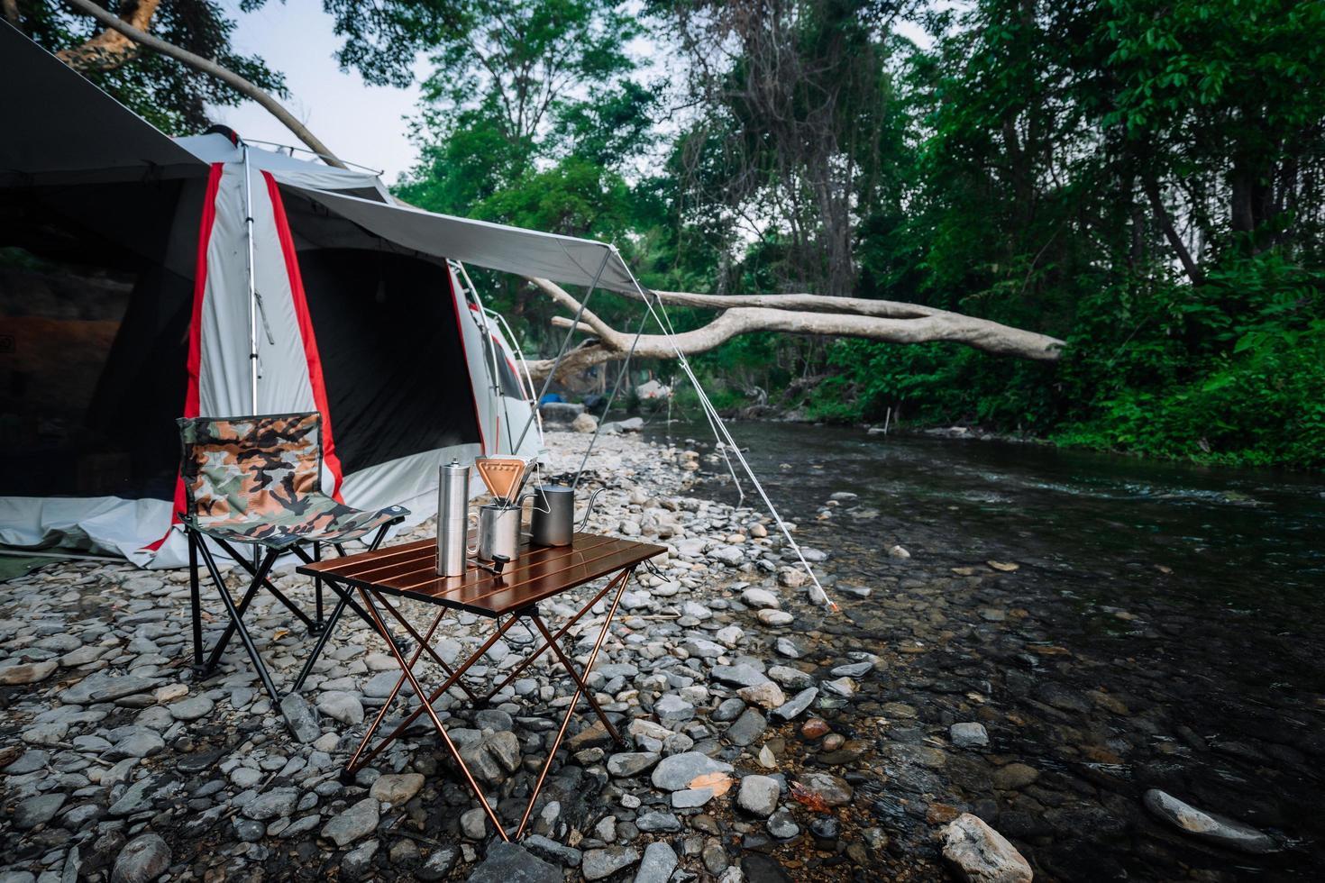 camping au bord de la rivière photo