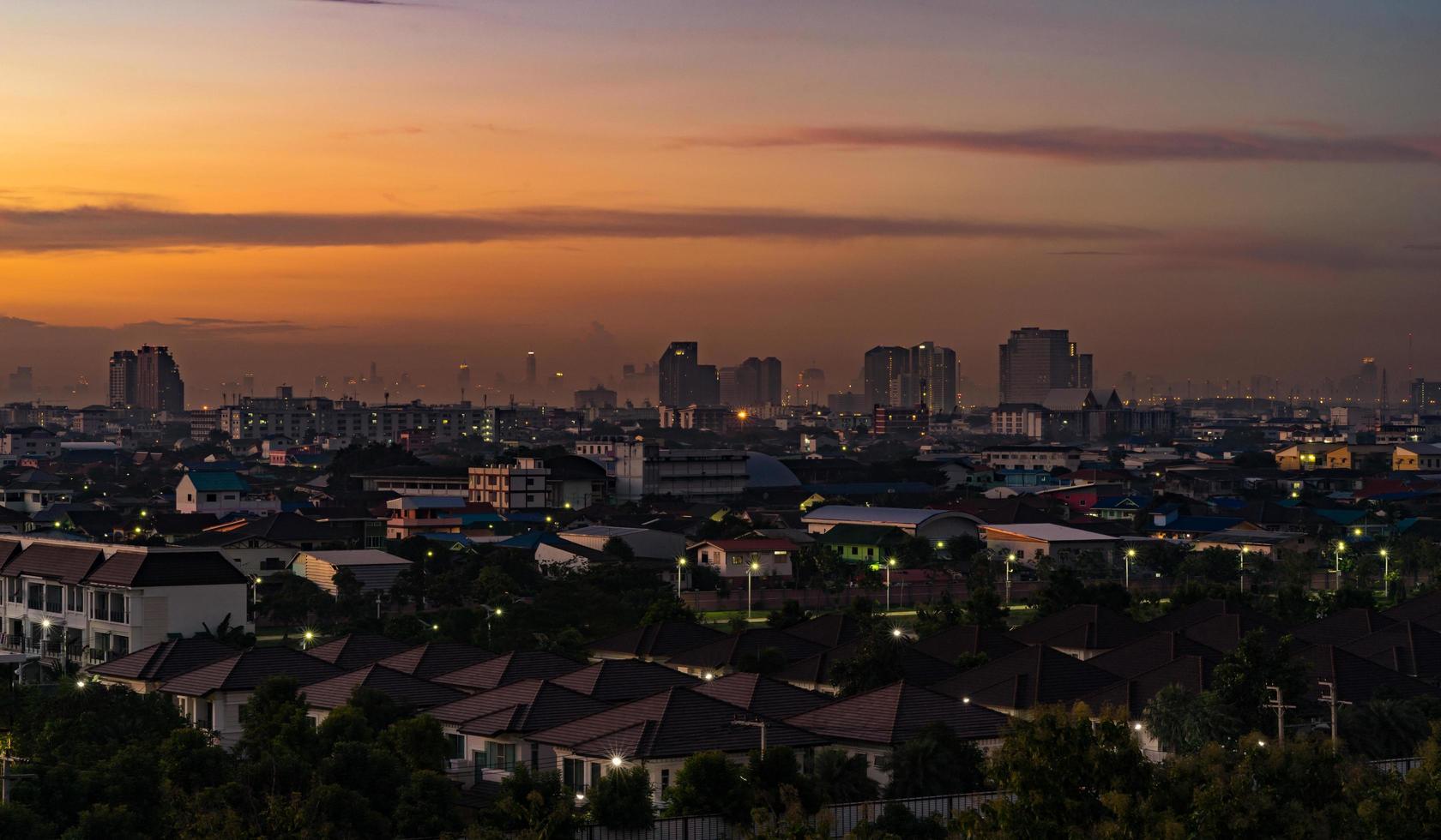 paysage urbain au coucher du soleil photo