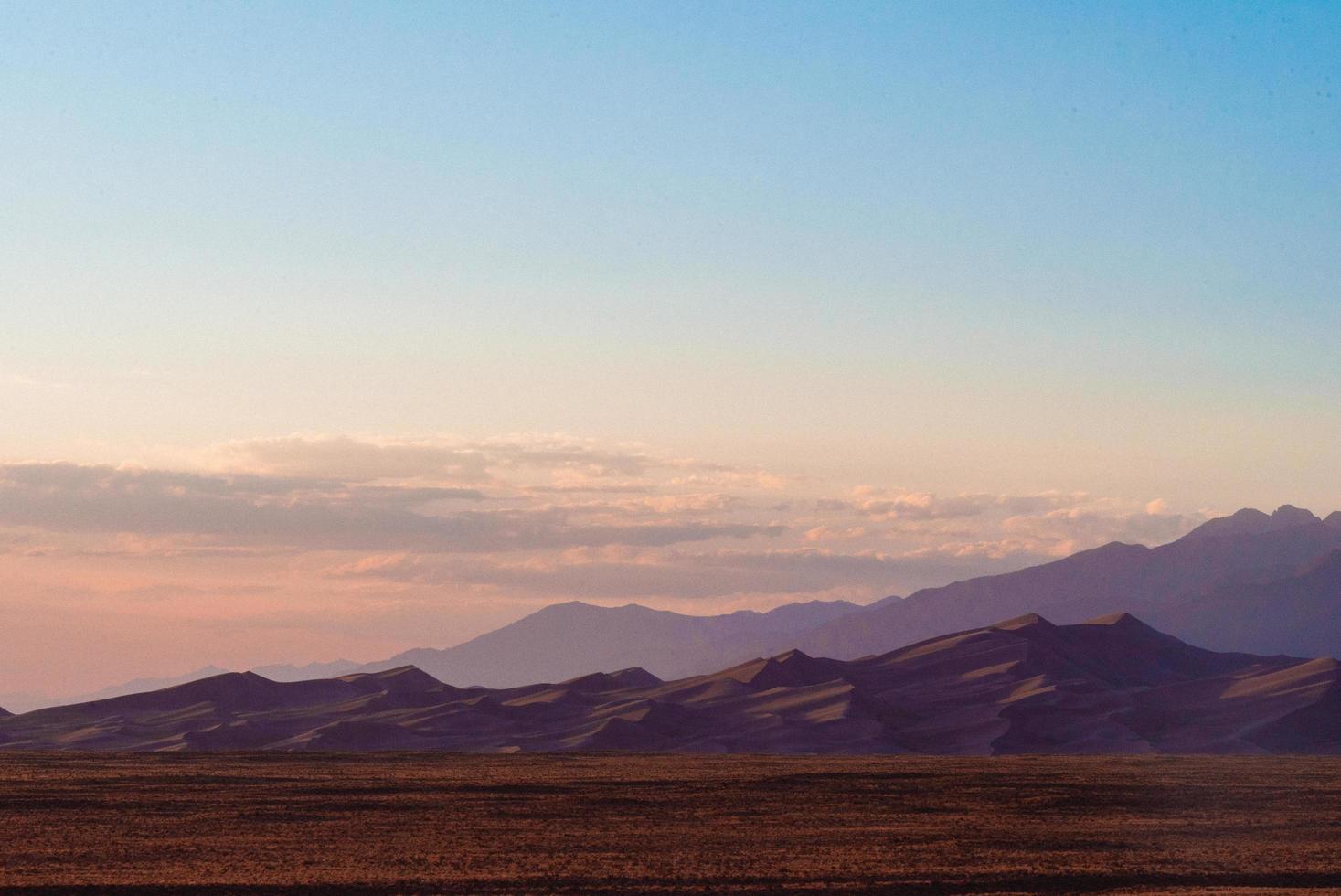dunes de sable au coucher du soleil photo