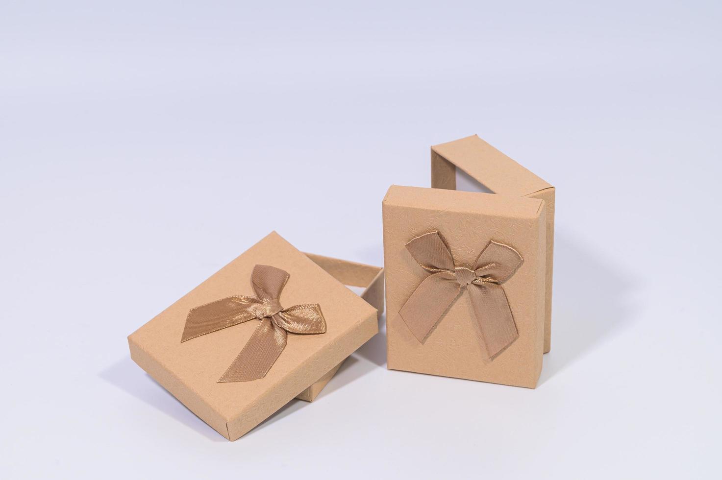 coffrets cadeaux marron sur fond blanc photo
