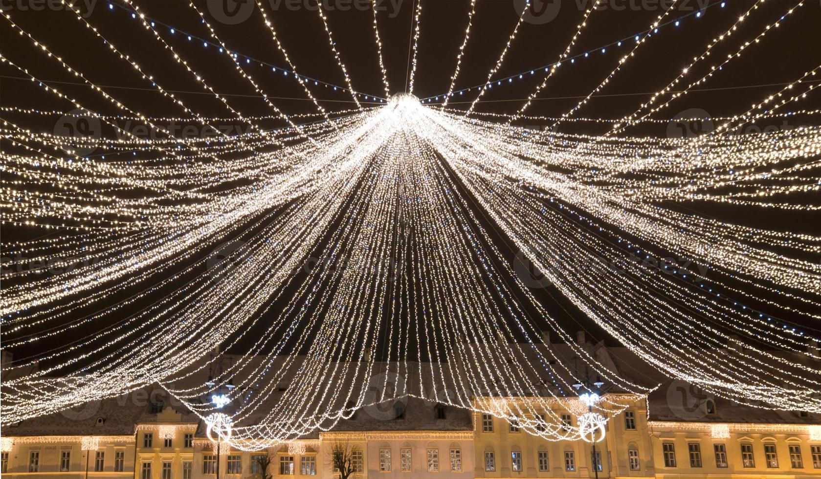 lumières de Noël sur la place de la vieille ville photo