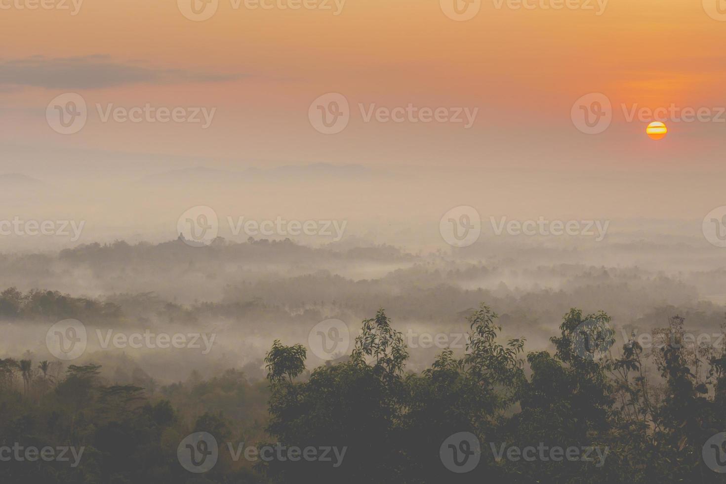Lever de soleil coloré sur le volcan merapi et le temple de borobudur à mis photo
