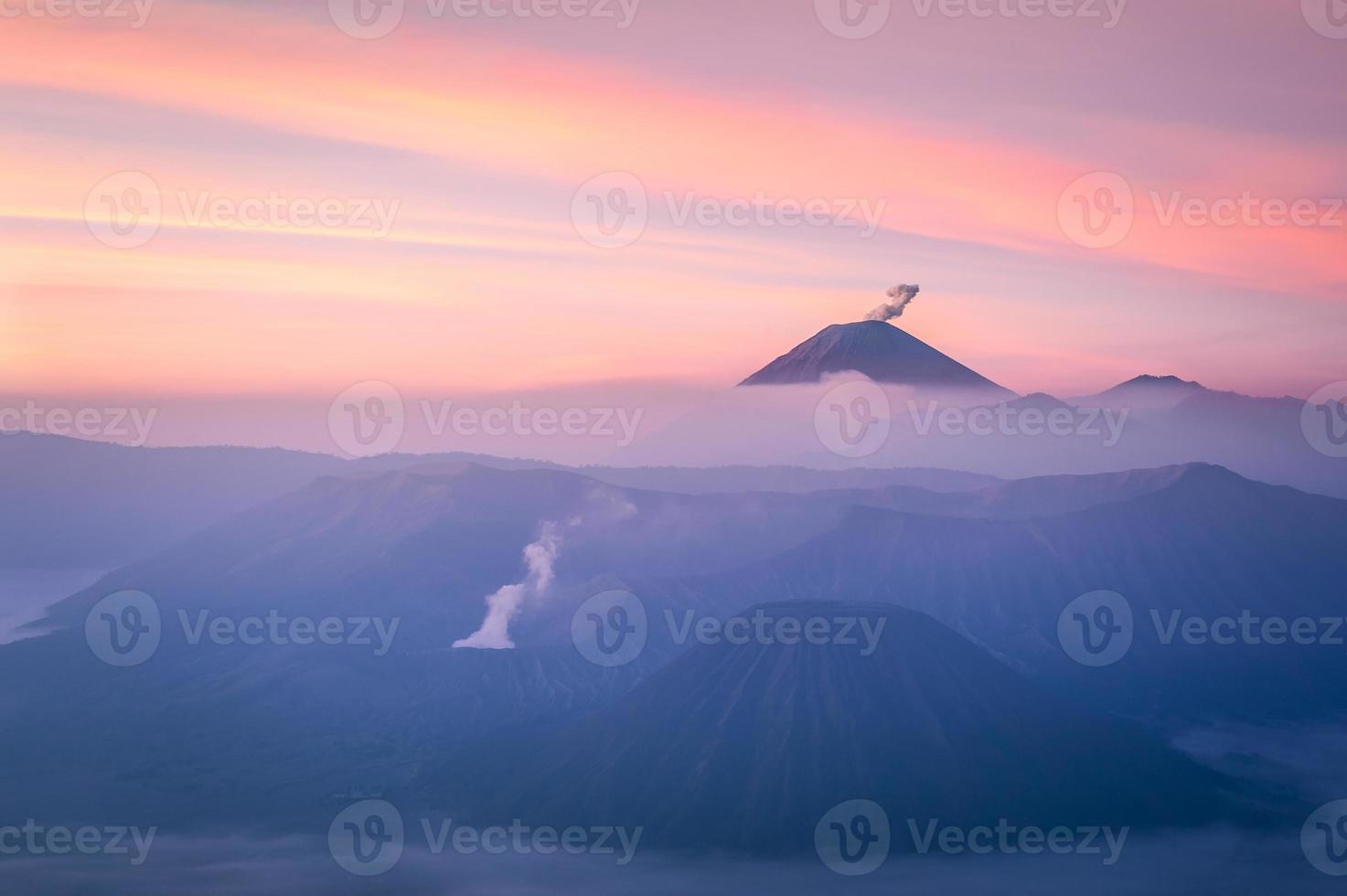des volcans gonflés dans un beau lever de soleil photo