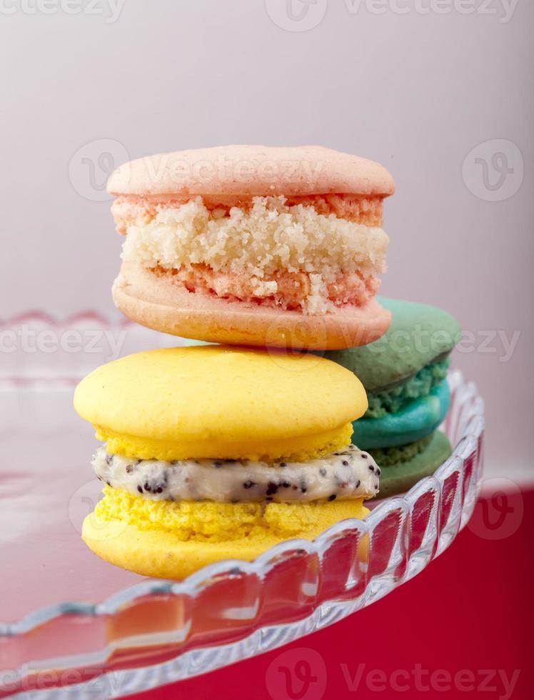 Macarons français sucrés et colorés sur fond pastel photo