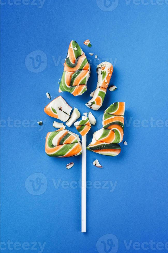 gros bonbon sucette colorée cassée en morceaux photo