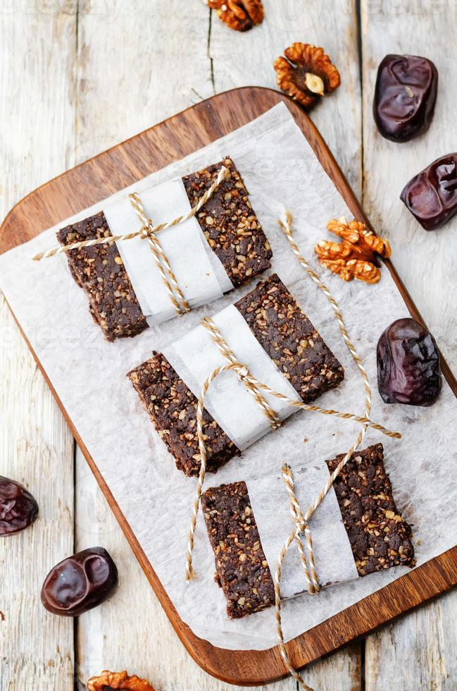 barres de chocolat crues vegan dattes noix de coco et noix photo