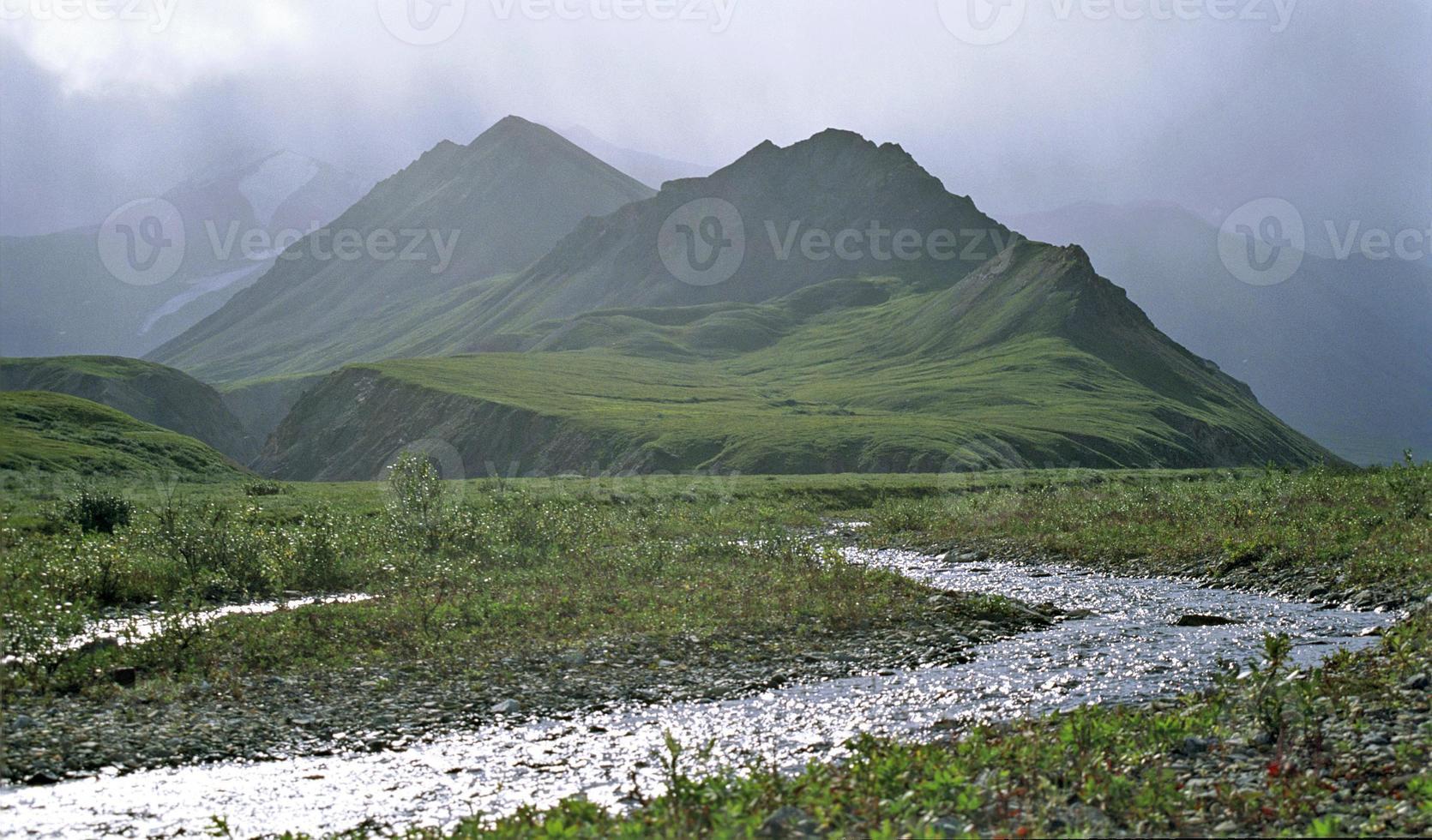 Green Mountain et ruisseau en Alaska, USA photo