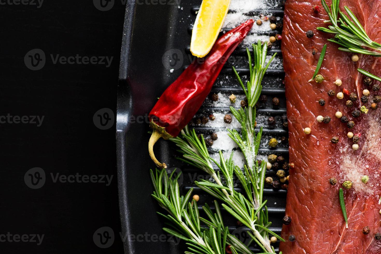 steak de boeuf cru photo