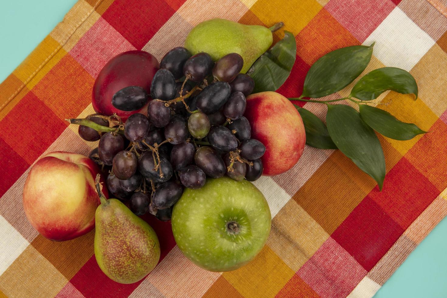 assortiment de fruits sur tissu à carreaux photo
