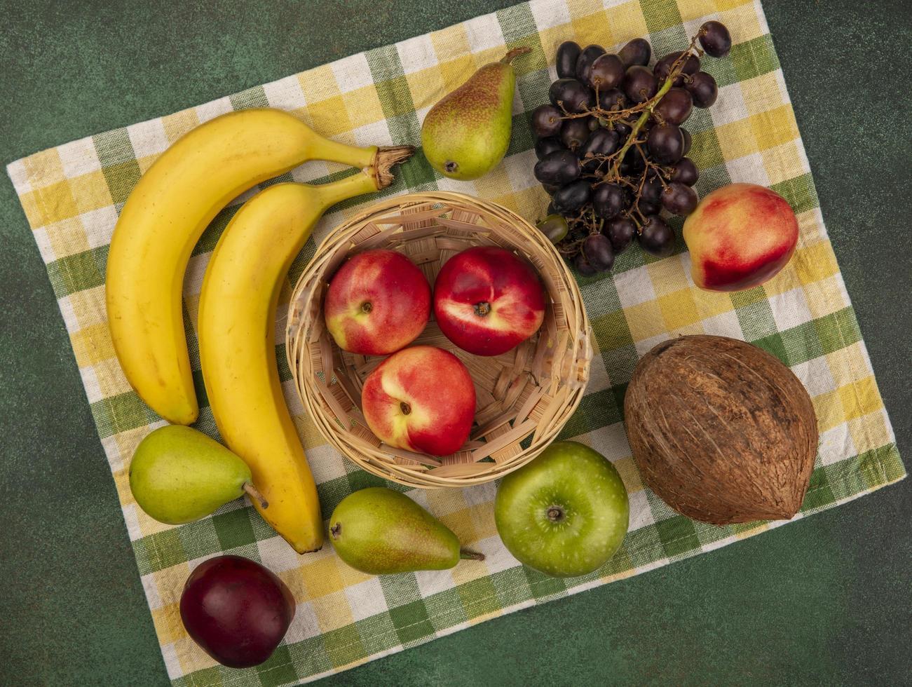 assortiment de fruits stylisés sur tissu à carreaux photo