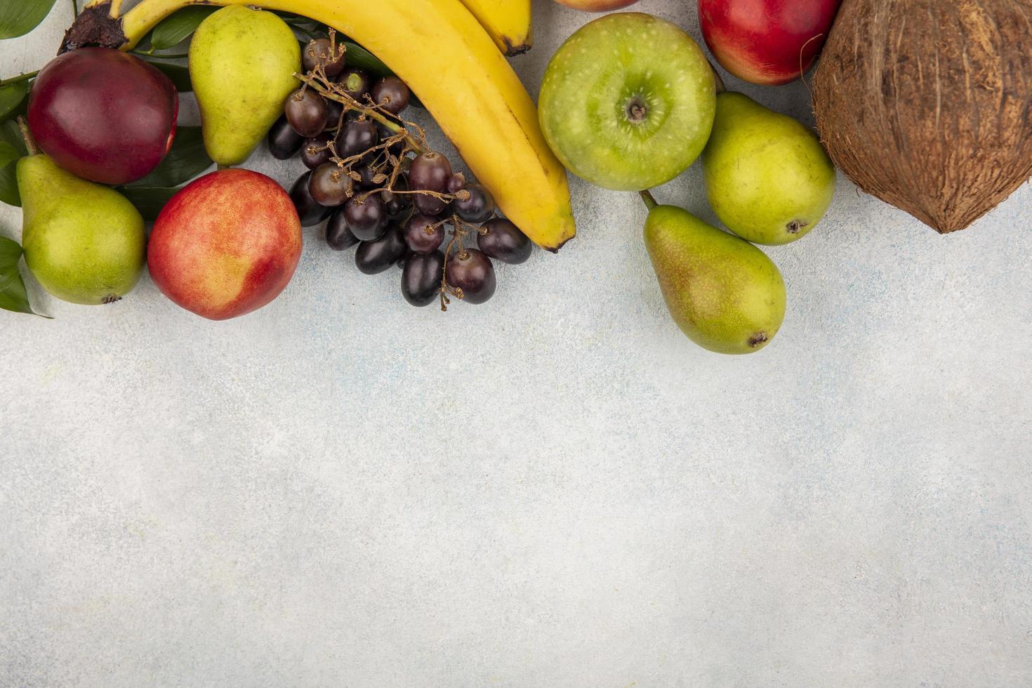 Fruits assortis sur fond neutre avec espace copie photo