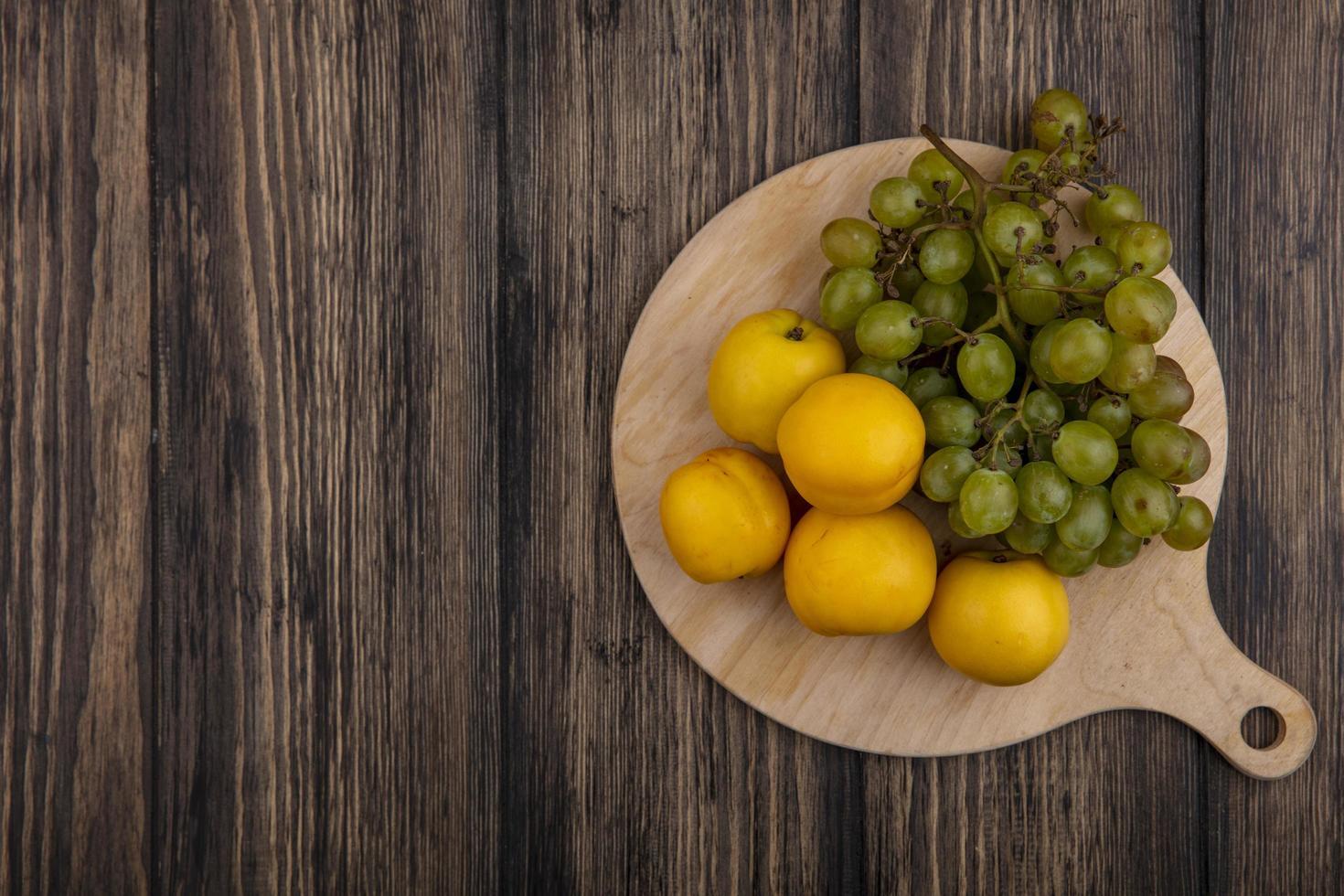 Assortiment de fruits sur fond de bois avec espace copie photo