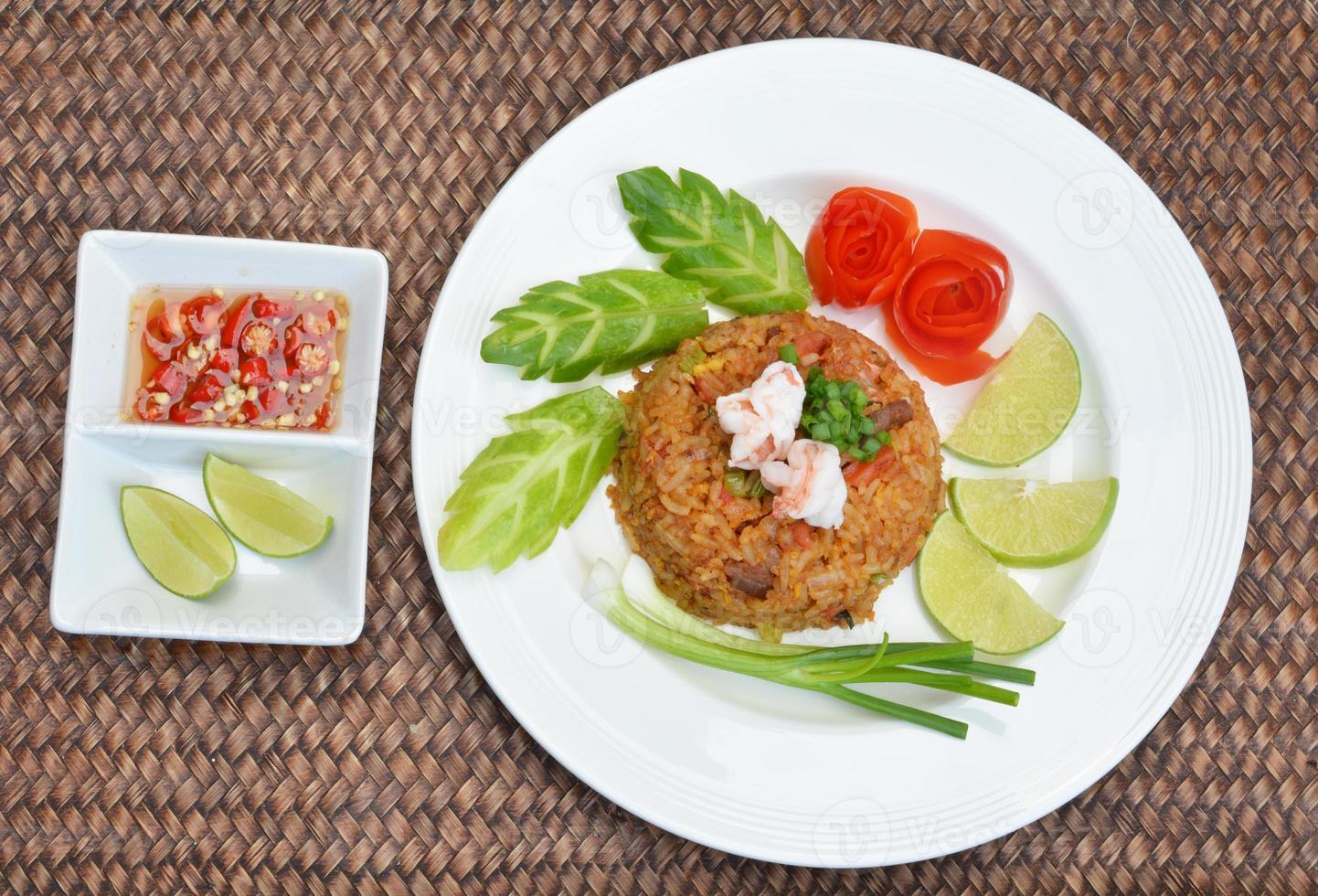 riz frit aux crevettes thaïlandais sert sur le plat photo
