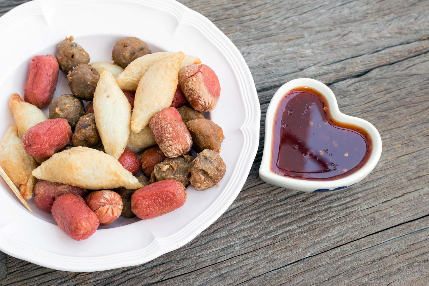 boulettes de viande frites avec sauce photo